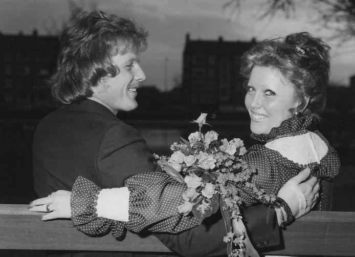 Onze trouwfoto hing na 1973 nog minstens een jaar lang tussen de andere huwelijksfoto's in de etalage van Foto Americaine in de Wagenstraat.