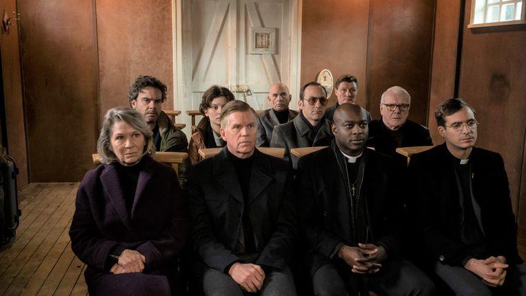 Still uit Nr. 10, met op de voorste rij (vlnr): acteurs Geert de Jong, Dirk Böhling, Mandela Wee Wee en Egbert Jan Weeber.  Beeld