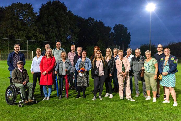 Alle spelers, regisseurs en organisatoren van Theater Op Locatie bijeen op sportpark Vierhoeven in Roosendaal.
