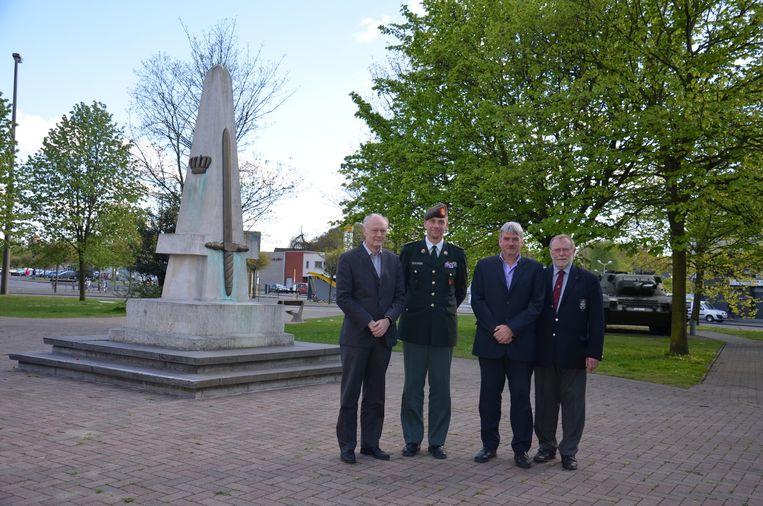 Guy Verbuyst, Peter Vanryckeghem, Frank Bruggeman en Jean-Pierre Pochet tussen het monument en de tank.