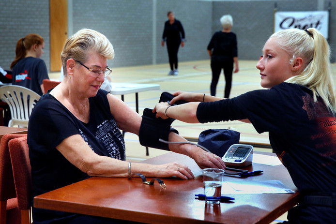 De bloeddruk wordt opgemeten tijdens de fittest.