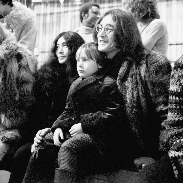 Yoko Ono, Julian Lennon en John Lennon in december 1968.