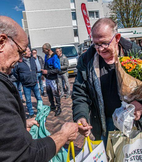 Tassen vol goederen als steuntje in de rug voor Tilburgse marktkooplui: 'We moeten er samen wat van maken'