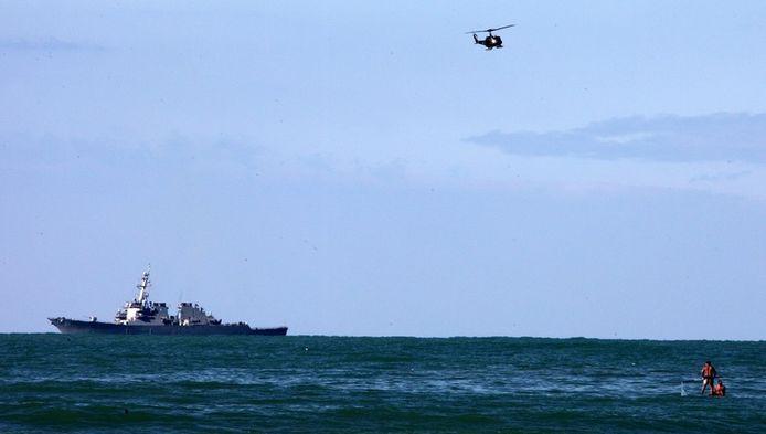 Een schip en een helikopter zoeken naar overblijfselen van de Boeing 737.