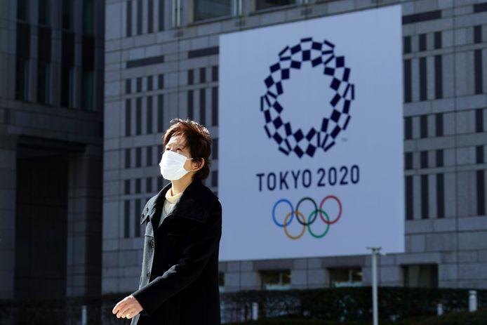 La tenue des Jeux Olympiques l'été prochain semble plus incertaine que jamais, mais le comité organisateur maintient le cap.