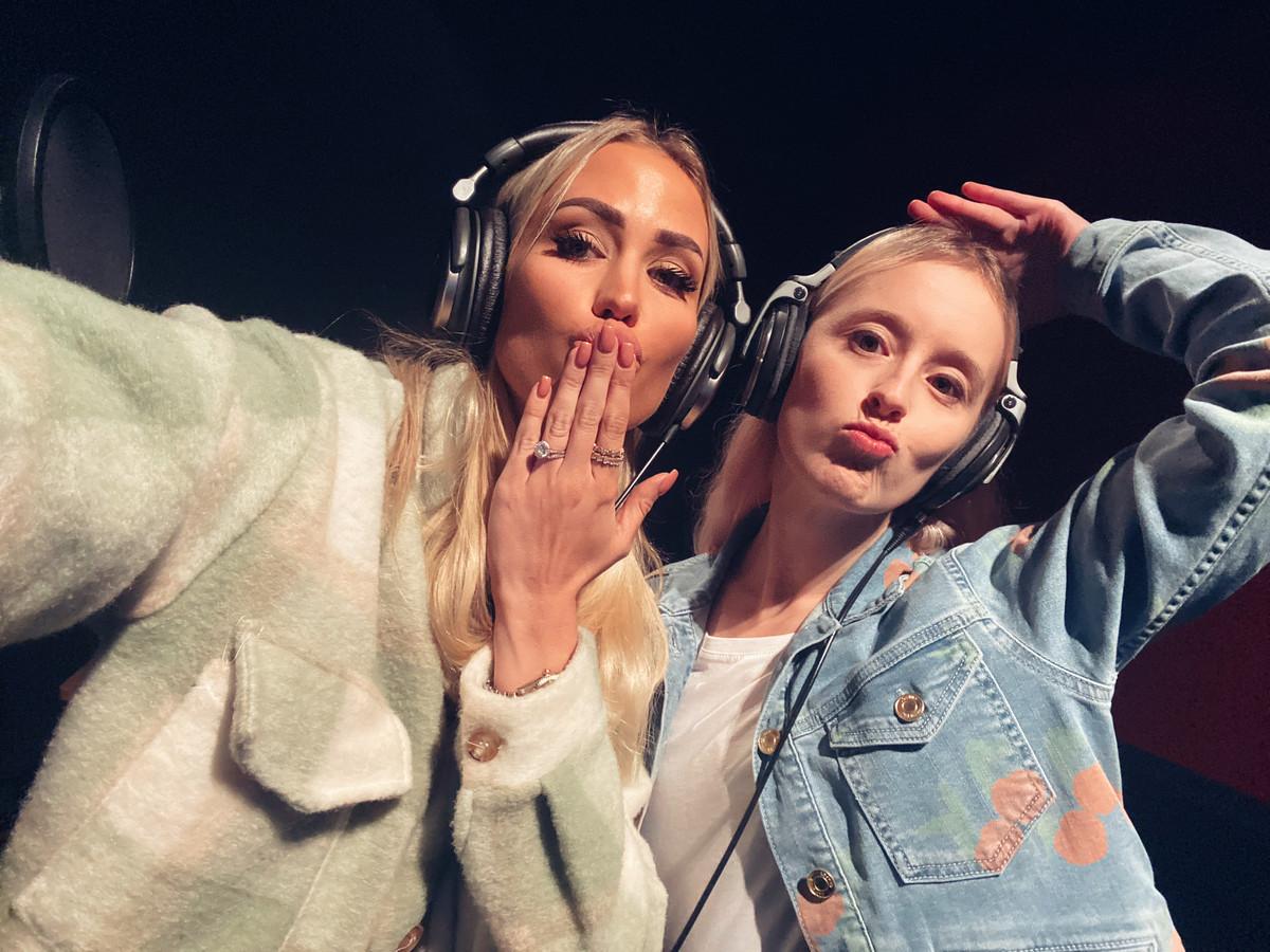 Robin (rechts) gaf onder andere zangles Anouk Matton voor haar nummer met Regi.