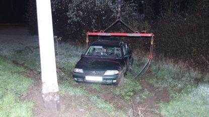 Auto knalt tegen verlichtingspaal op verkeerswisselaar A19-E403