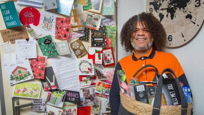 Vrolijke pakketbezorger Porres overstelpt met kerstattenties: 'Mijn huis staat vol'