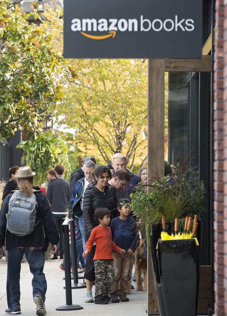 Klanten schuiven aan bij de opening van de eerste Amazon-boekenwinkel in Seattle op 3 november 2015. Beeld null