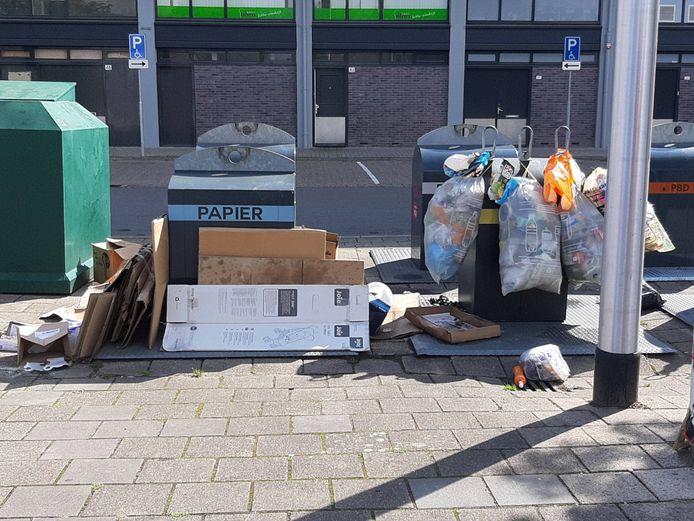 Afvalcontainers op het Kramersgildeplein in de Arnhemse wijk Presikhaaf