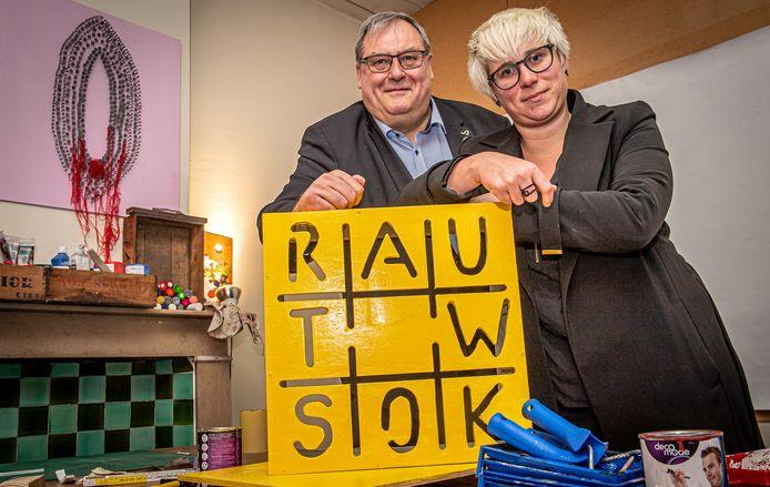 Schepen Dirk Lievens en Soetkin Dewulf van vzw Rauwkost in één van de ateliers die in de Paterskerk ter beschikking gesteld worden aan kunstenaars.