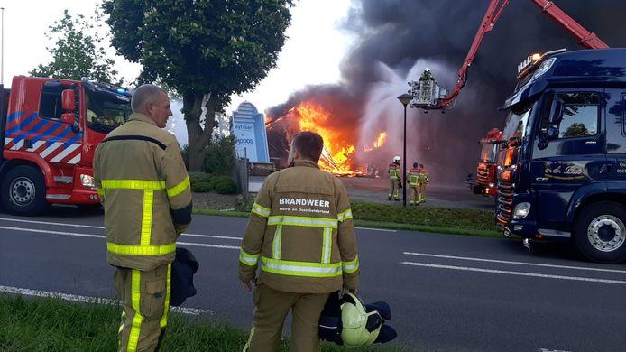 De vlammen komen uit het pand bij de grote brand in Oldebroek