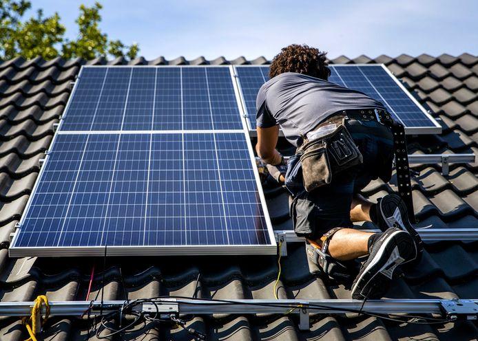 """Via het project 'De Groene Zone' zijn tot op heden 242 installaties op daken van particuliere huishoudens in Best gerealiseerd, meldt de gemeente. ,,Maar om ons doel te bereiken is het nodig om het project te continueren tot 2022."""""""