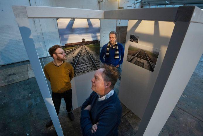 Tom Meerman (op de voorgrond), Marco Baars en vormgever Thiadmer van Galen (links) op de expositie in de Gelderlandfabriek.