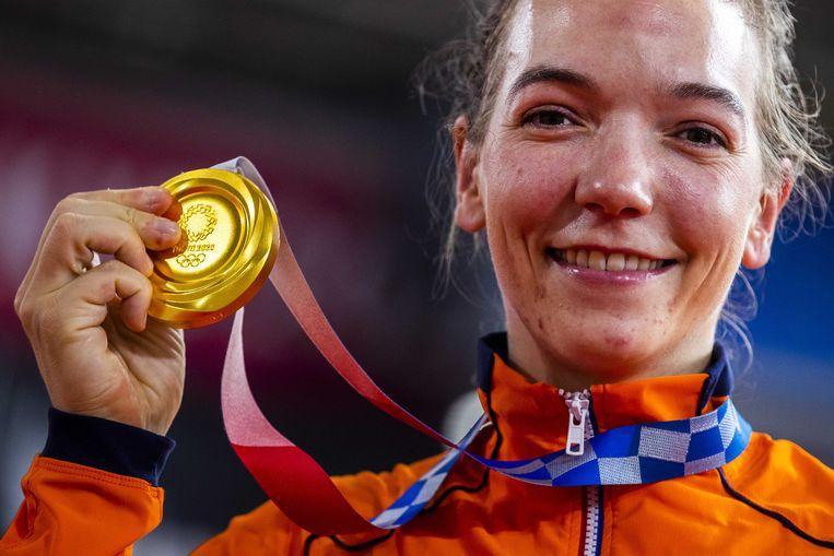 Shanne Braspennincx met de gouden medaille na de keirin in het Izu Velodrome. Beeld ANP