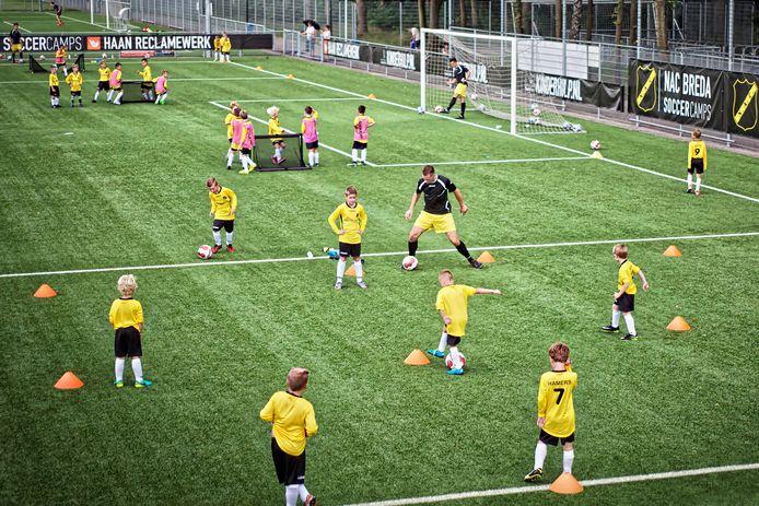 Beeld van een NAC Soccer Camp op de velden van voetbalvereniging TSC in Oosterhout dat eerder is gehouden.