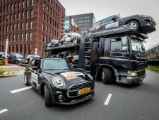 Staatsloterij zet Mini's bij winkels op Voorne-Putten in de hoop de winnaars te vinden