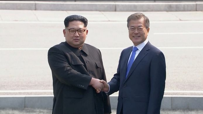De Noord-Koreaanse leider Kim Jong-un en zijn Zuid-Koreaanse ambtsgenoot Moon Jae-in schudden elkaar de hand: een historisch moment.