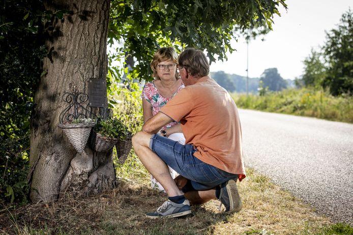 Femie en Jos Spijker bij de boom aan de Postweg, waar in 2006 hun zoon Roy verongelukte. Hij werd achtervolgd en opgejaagd door anderen en vloog uit de bocht tegen de boom.