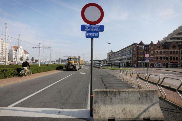 Een verbodsbord maakt duidelijk dat je niet langer in de Leopold III-laan mag rijden.