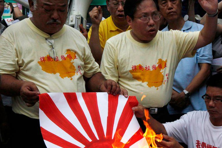 Chinese anti-Japan-demonstranten verbranden een Japanse vlag (AP) Beeld AP