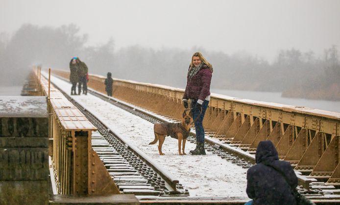 Poseren in de sneeuw op de Moerputtenbrug in Den Bosch op zaterdagmiddag.