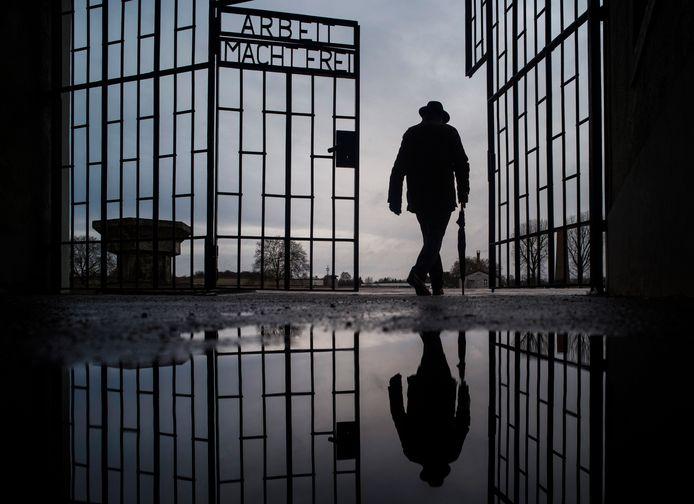 Een man loopt door de poort van voormaling concentratiekamp Sachsenhausen, nabij Berlijn. (Januari 2019, AP Photo/Markus Schreiber)