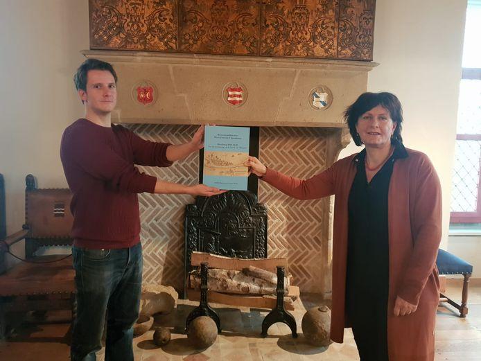 Gemeentearchivaris Geert Stroo en burgemeester Marga Vermue met het eerste exemplaar.