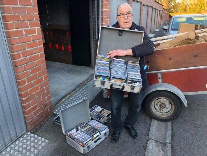 In de aanhangwagen vond dj Bernardo een kleine en twee grote koffers met cd's terug.
