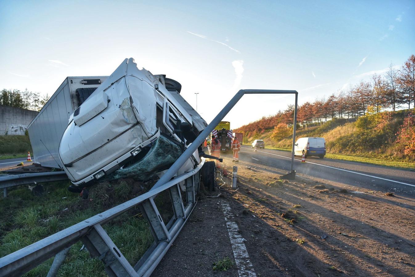 De gecrashte vrachtwagen op de A58.