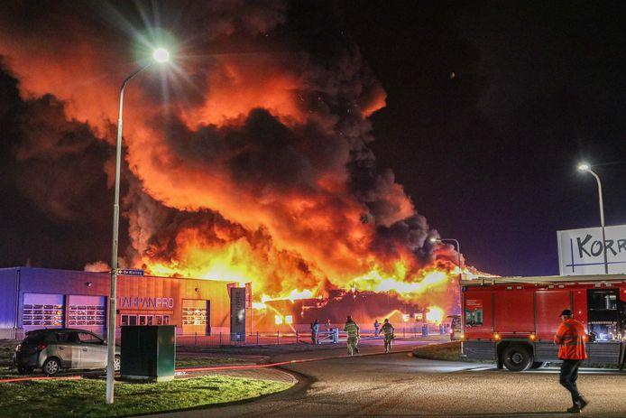 De vlammen slaan uit het pand.
