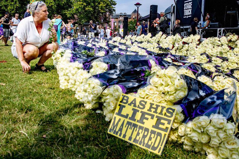 Betogers legden afgelopen zomer bloemen voor de doodgeschoten Bas van Wijk. Beeld EPA
