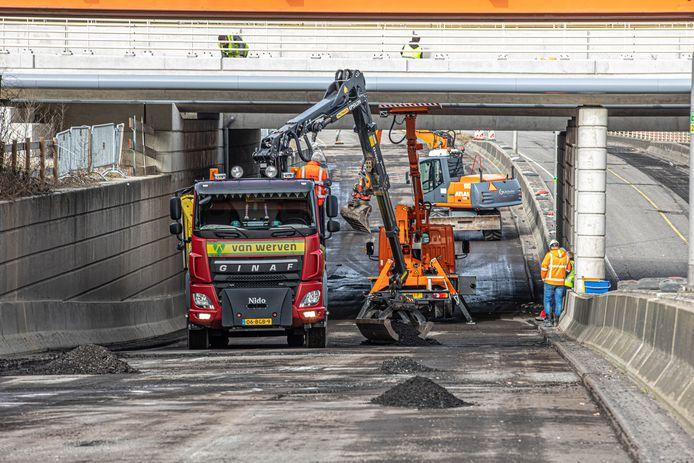 De vorstschade is zo groot aan de Heinoseweg in Zwolle dat de gemeente de weg opnieuw laat asfalteren.
