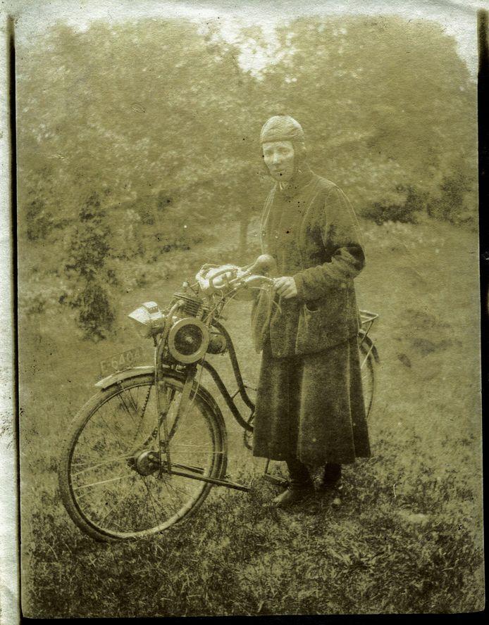 Johanna Hendrika Smolders placht haar bezoeken als wijkzuster in Wesepe per Solex af te leggen. In de oorlog bracht ze piloten naar een onderduikadres, samen met haar vriendin Johanna Bake.