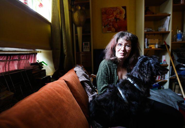 Jolanda Schoots, hier met hond Tosca, geniet met volle teugen van het wervelende Amsterdamse leven.  Beeld Eva Plevier