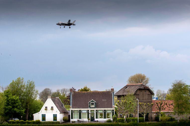 Een F-35 boven het Friese Jelsum.  Beeld Reyer Boxem