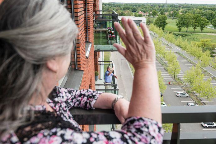 Corrie Voorhuis  heeft via balkon contact met dhr. Roelof Friskes. Strijd tegen eenzaamheid in een flat in Enschede aan de J.J.van Deinselaan.