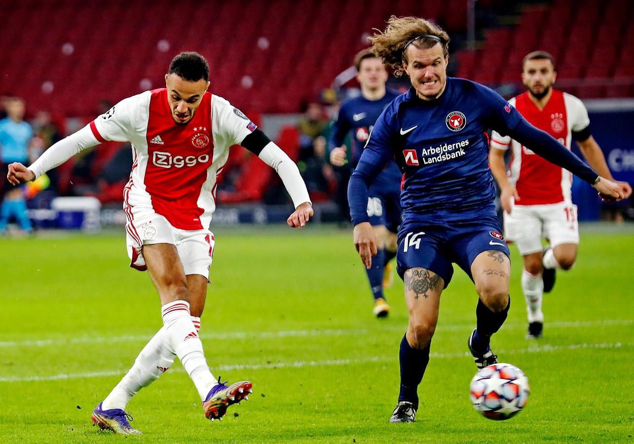 Noussair Mazraoui haalt uit voor de 2-0 van Ajax.