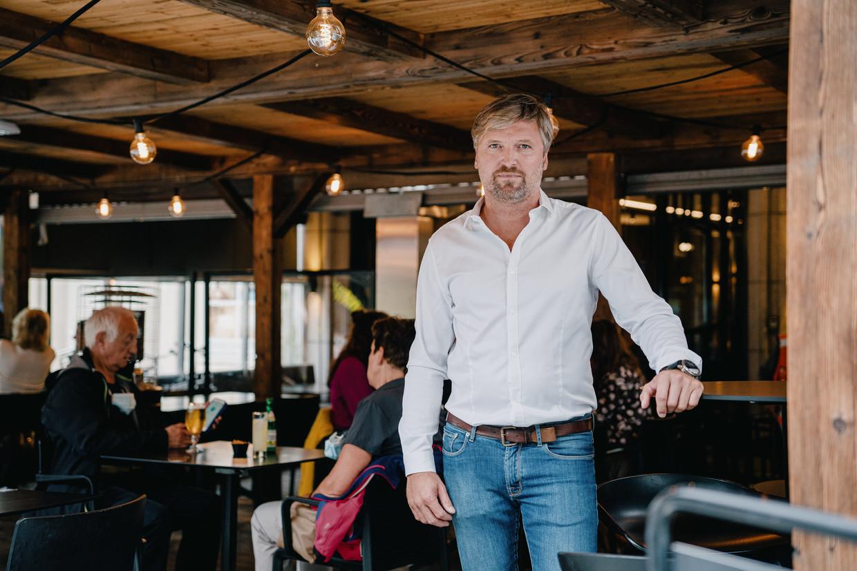 Jonathan Beke, zaakvoerder van brasserie Maddox in Kortrijk, getuigt dat het moeilijk is om personeel te vinden. Beeld Wouter Van Vooren