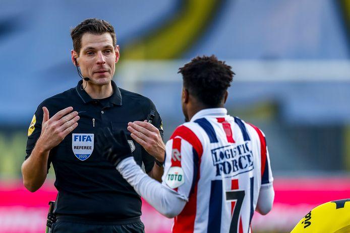 Scheidsrechter Jochem Kamphuis in discussie met Willem II-aanvaller Ché Nunnely.