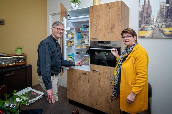 Pastoor Jack Glas en Agnes van Berkel in de keuken van de kerk vanwaar ze de vele geluids- en techniek mensen koffie, broodjes en ovenschotels aanboden.