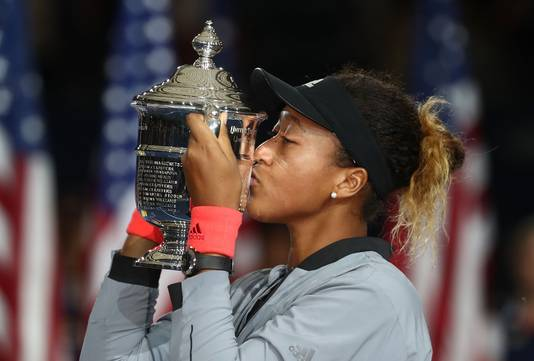Naomi Osaka kust de beker na haar verrassende titel op de US Open.