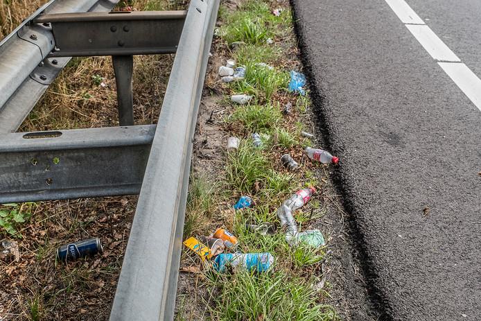 Zwerfafval in de berm van de snelweg