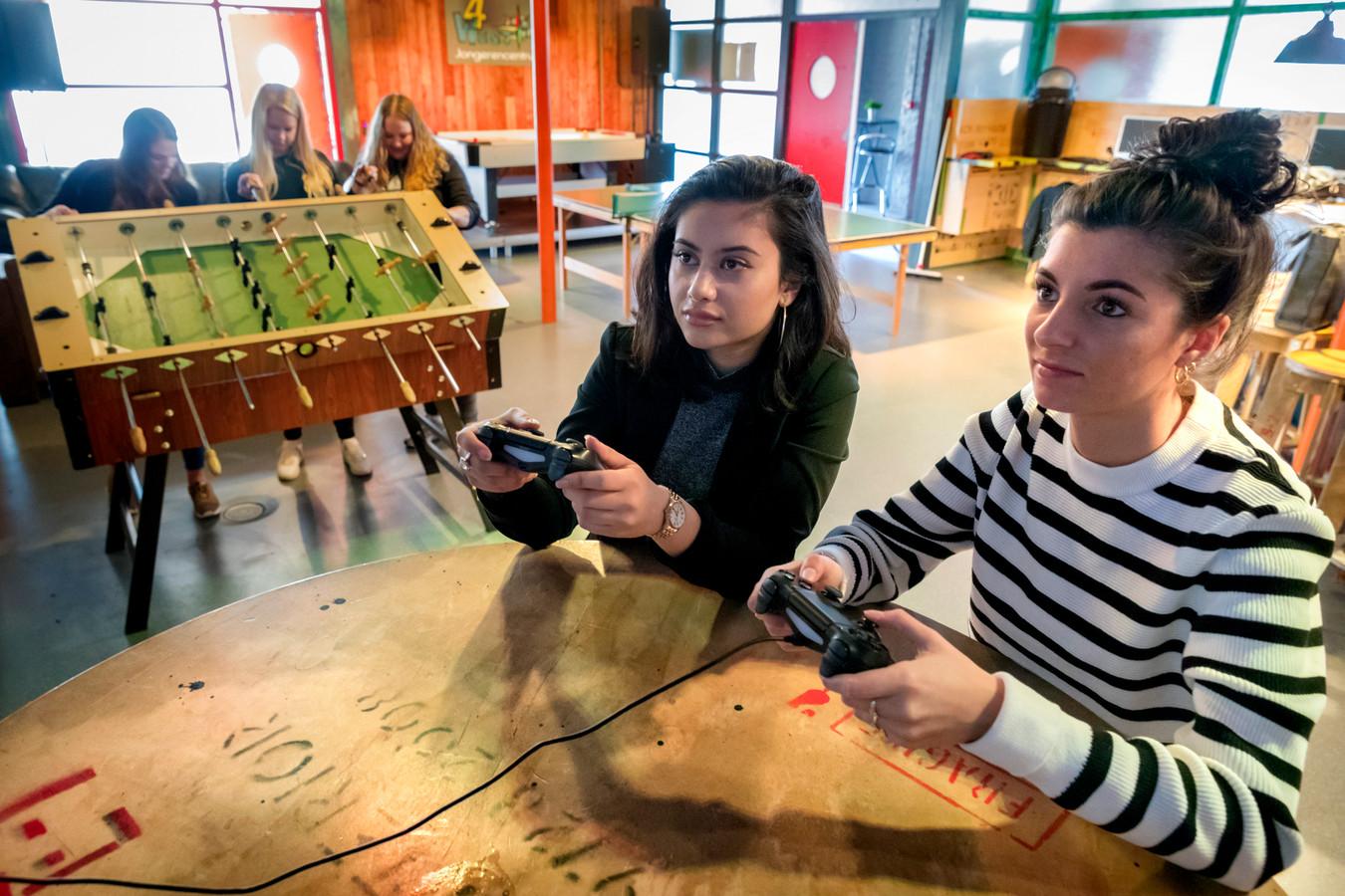 Jongerencentrum 4West aan de Eendenkooi. Bij dit gebouw waar PowerUp073 allerlei activiteiten begeleidt wordt een ijsbaan aangelegd.
