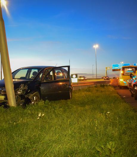 Auto ramt lichtmast naast fietspad Lekbrug bij Vianen