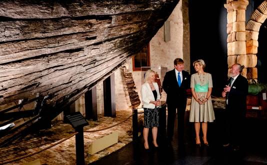 Willem-Alexander en Máxima tijdens hun bezoek aan de Shipwreck Galleries