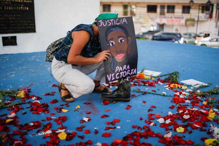 Een demonstrant vraagt om gerechtigheid voor de overleden Victoria Salazar Arriaza. Beeld Reuters