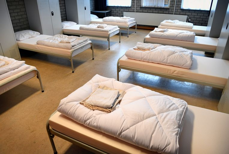 Slaapzaal in de noodopvang voor Afghaanse vluchtelingen in Zoutkamp.   Beeld Marcel van den Bergh / de Volkskrant