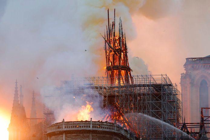 De enorme brand in de Notre Dame.