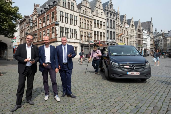 Steve Van Avermaet, schepen Koen Kennis en Koen Van Oorschot. Achter hen taxichauffeur Johan Bovée.